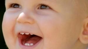 La dentición infantil suele comenzar entre los seis y ocho meses.
