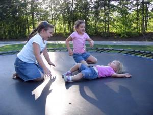 niñas saltando