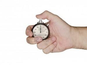 15194290-mano-sostiene-un-cronometro-cronometro-puntos-a-cero